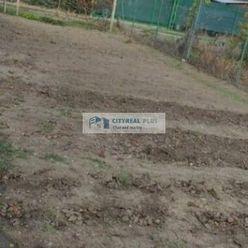 Predaj veľkej záhrady s menšou chatkou Nové Zámky