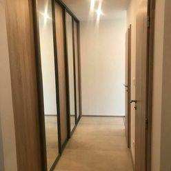 Predáme veľký 2 izbový byt s tromi loggiami.