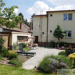 Priestranný zrekonštruovaný rodinný dom v centre Bernolákova na 14,5 árovom pozemku, 15 km od Bratis