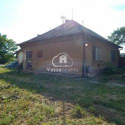 Ponúkame na predaj stavebný pozemok so starším rodinný domom v Bátorových Kosihách