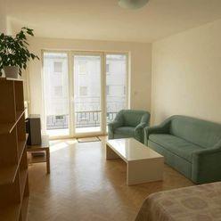 Ponúkame Vám na prenájom 2-izbový byt v priamom centre Bratislavy, na Hollého ulici.