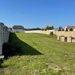 NA PREDAJ: Veľký stavebný pozemok v Klčovanoch.