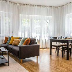 REZERVOVANÉ Výnimočný priestranný 4 izbový byt s terasou a záhradkou