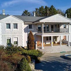 Exkluzívne na predaj rodinný dom s bazénom,garážami, pozemkom 10 976m2 v blízkosti Malaciek
