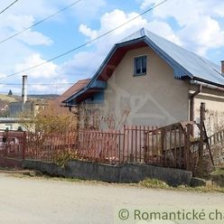 Menší rodinný dom v tichej uličke obce Papradno