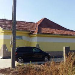 Ponúkame na predaj obchodno – sladový priestor v obci Zlatná na Ostrove.
