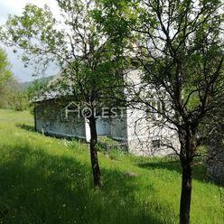 Rezervované - Predám väčší rodinný dom v krásnej prírode s hosp.budovou a 2 parkov.miestami Skalité