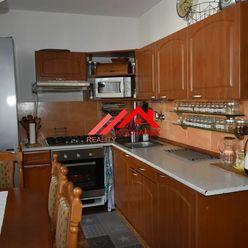 Kuchárek-real: Ponúka priestranný 4izbový byt využívaný ako 5 izbový, Muškátova ul. Pezinok.
