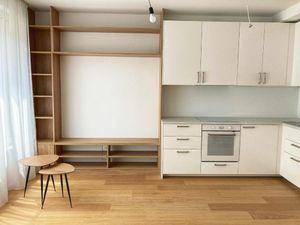 TOP PRENÁJOM: nové a voňavé bývanie v centre mesta s garážovým státím a klímou