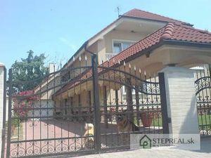 Rodinná vila na pozemku o výmere 1500m2 ,bazén, dvoj garáž, krb, sauna