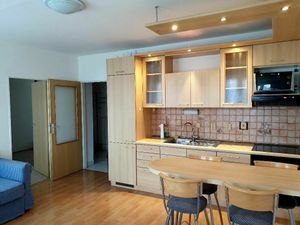 Prenájom pekný 2 izbový klimatizovaný byt, ulica Pod záhradami, Bratislava IV Dúbravka