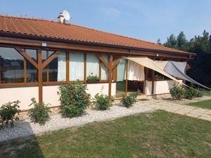 Na predaj krásna murovaná chata s prístupom k jazeru.