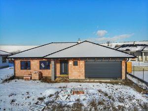 TRNAVA REALITY - 4 izb. rodinný dom typu bungalov s terasou a dvojgarážou v obci KĽAČANY