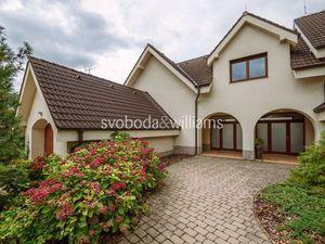 SVOBODA & WILLIAMS I 4 izbový rodinný dom so záhradou s okrasným jazierkom a vodopádom I Devín