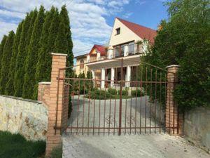 Rodinný rekreačný dom s vyhrievaným bazénom a viničom, obec Vinica