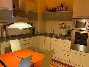 2 izbový klimatizovaný zariadený byt s vnútorným parkovacím státím v cene na ulici Vyšehradská