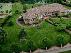 Luxusná vila na 50 árovom pozemku.