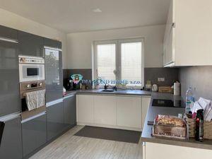 DIAMOND HOME s.r.o. Vám ponúka na predaj krásnu 4 izbovú nízkoenergetickú novostavbu v Dunajskej Str