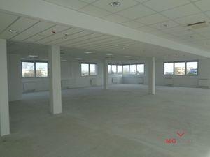 Nová administratívna budova s dobrou dostupnosťou i parkovaním pre firmy a organizácie