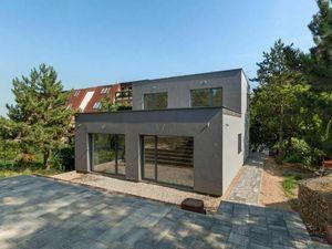 Dvojizbový rodinný dom s terasou a predzáhradkou pri lesíku
