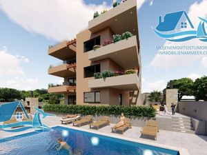 Krásný byt se střešní terasou v prvním patře nově postavené budovy s bazénem
