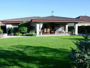 Ponúkame na predaj 10 ročný, 5-izbový RD-bungalov v tichej novovybudovanej časti obce v dotyku s prí