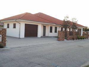 Štvorizbová novostavba  bungalovu – ľavá časť dvojdomu v prevedení štandard v lokalite Biely Kostol