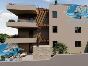 Vynikající byt se střešní terasou ve druhém patře nově postavené budovy s bazénem