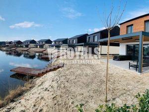 Nízkoenergetický dom s privátnou plážou v golfovom rezorte