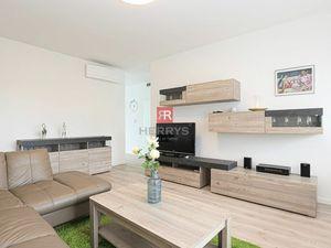 Na prenájom - priestranný úplne novo zariadený 2 izbový klimatizovaný byt v Starom Meste