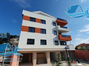 Nový byt s garáží, 40 m od moře v žádané lokalitě, Petrčane