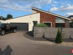 Directreal ponúka  NOVÁ PONUKA !!! 6 izbový luxusný rodinný dom s bazénom s krbom  s dvojgarážou a k