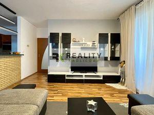 Čiastočne zariadený 3-izbový byt s loggiou, garážovým státím a pivnicou v cene