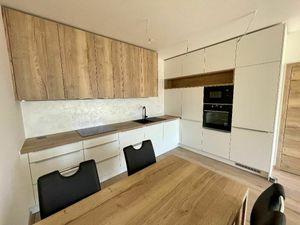 2 izb. byt DOTERAZ NIKÝM neobývaný, parkovacie státie + internet a TV v cene !
