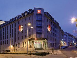 Obchodný priestor s výkladom 50m2, Zámocká ul., priamo pod Hradom, obchodná pasáž hotela IBIS, vari