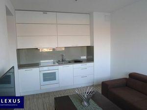 Predaj, kompletne zariadený 2-izbový byt v novostavbe, samostatná komora, parkovacie miesto pre 2 au