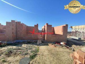 Novostavba, rodinný dom v radovej zástavbe v TOP lokalite v Šali