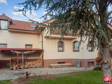 Directreal ponúka Priestranný dvojgeneračný rodinný dom s dvojgarážou pri lesíku