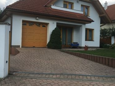 Predáme 6 izbový rodinný dom s garážou.
