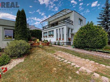 DOM PEREŠ: 4 izb. tehlový RD s krbom, altánok, garáž (letná kuchyňa), 637 m2 pozemok, všetky IS