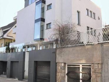 Luxusná 4 - poschodová vila s bazénom, saunou a terasou Palisády