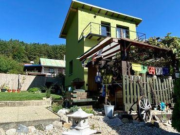 Jedinečná murovaná chatka so zenovou záhradou