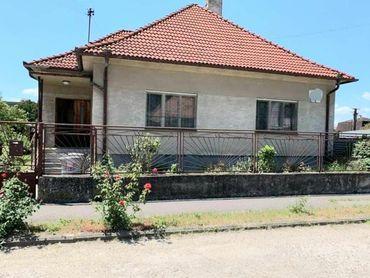 Ponúkame na predaj starší rodinný dom v zastavanej časti obce Ivanka pri Dunaji.