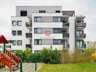 HERRYS - Na predaj priestranný čiastočne zariadený 2 izbový byt s klimatizáciou, pivnicou a vyhraden