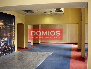 Prenájom polyf. priestorov na Hlavnej (235 m2, vyv. príz., WC, parking)