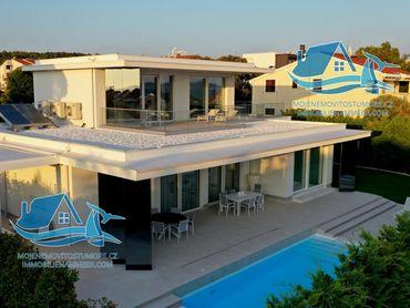 Krásná luxusní vila s bazénem, ve Kožino, vzdálená 100 metrů od moře