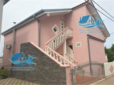Dům se 3 apartmány a výhledem na moře, 50 m od moře, Maslenica