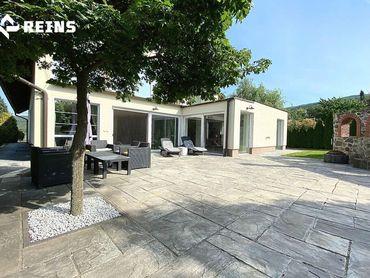 Predáme veľkoryso riešený rodinný dom pod Zoborom, s veľkým pozemkom