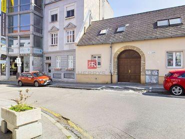 HERRYS, Na predaj priestranný1 izbový byt v centre na Vysokej ulici v centre Starého mesta
