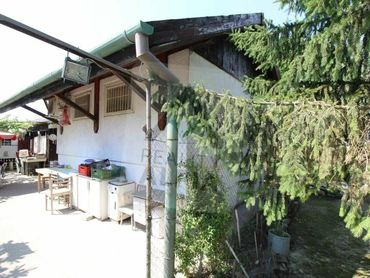 Murovaná chata s udržiavanou záhradou v obľúbenej záhradkárskej oblasti Komárna
